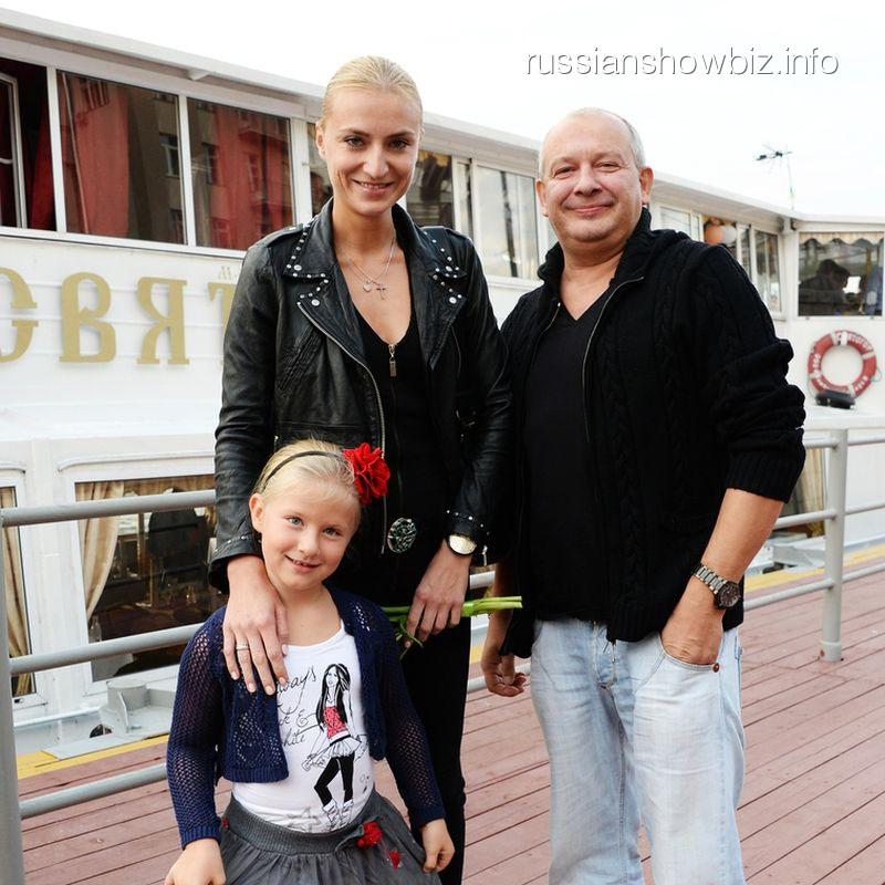 Дмитрий Марьянов с супругой и дочреью