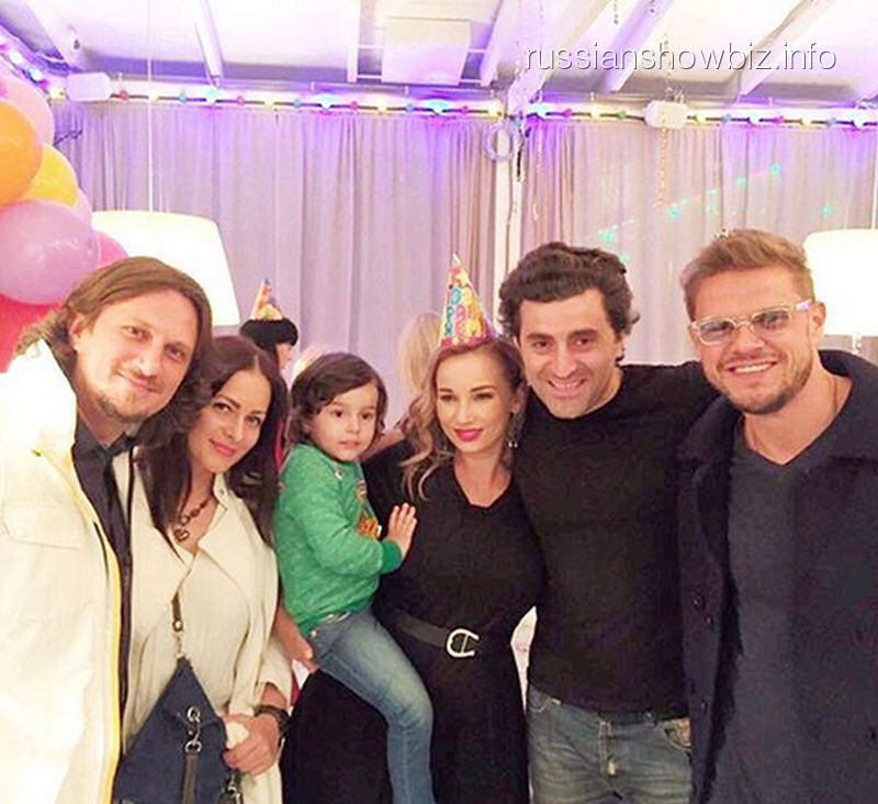 Анфиса Чехова с семьей и друзьями