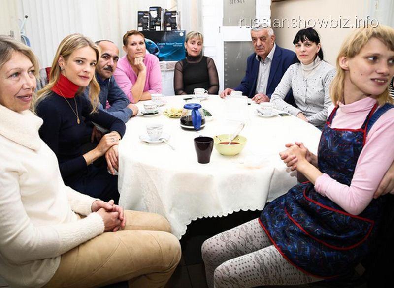 Наталья Водянова с родственниками и администрацией кафе