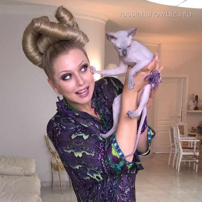 Лена Ленина с розовым котенком