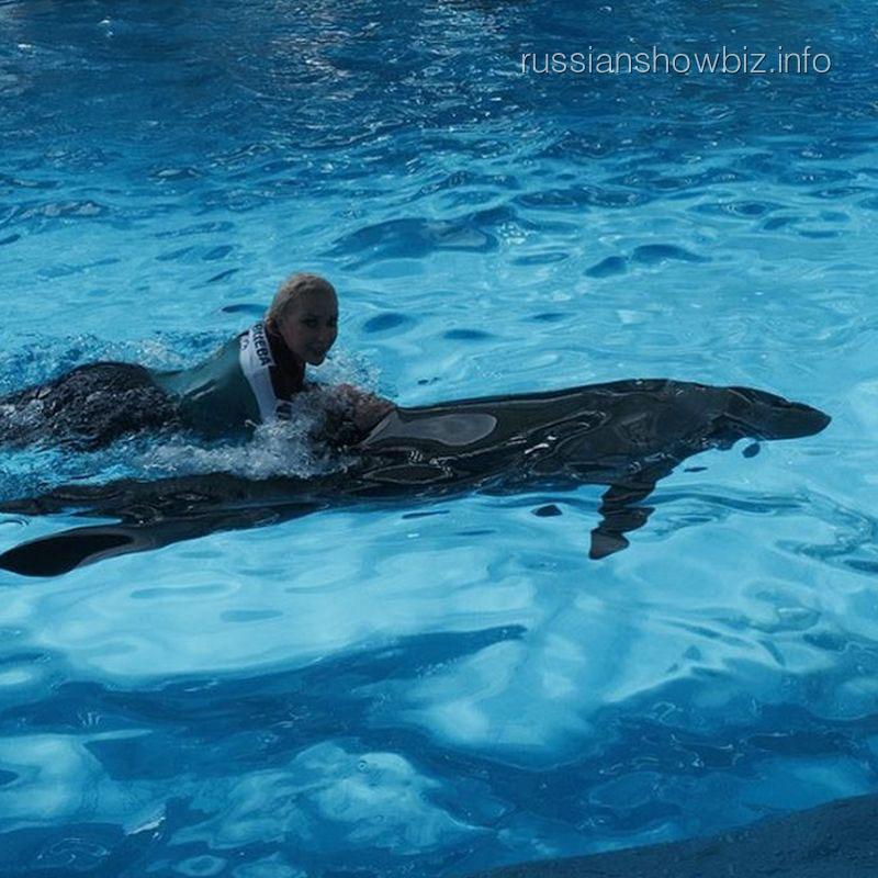 Лера Кудрявцева в дельфинарии