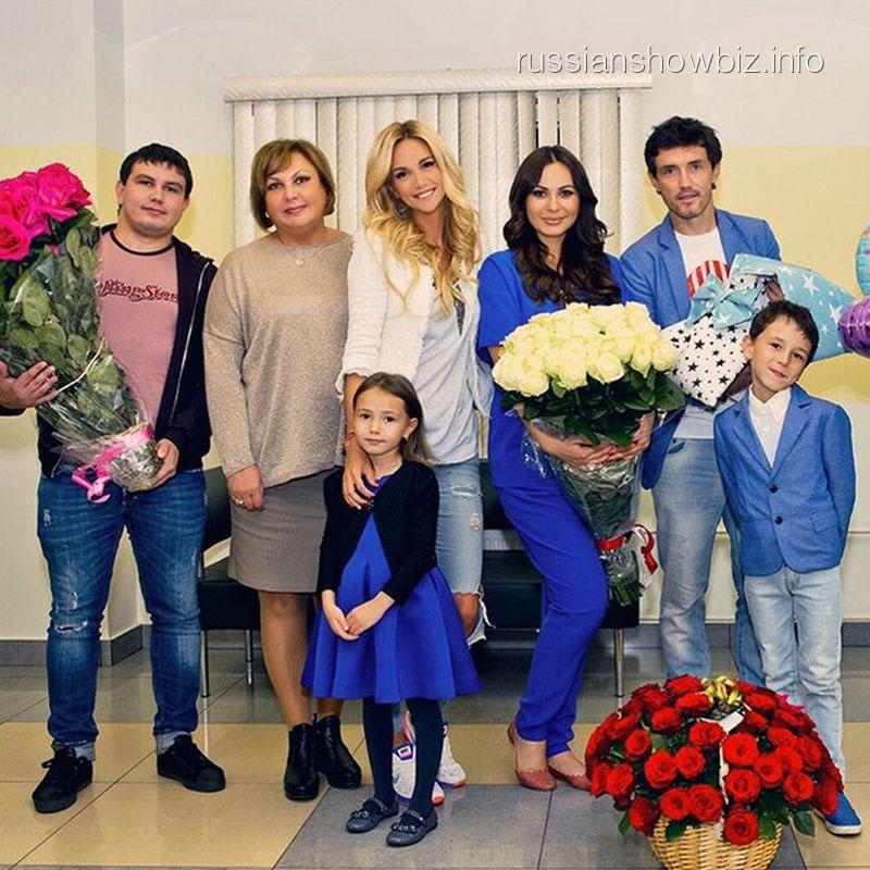 Инна Жиркова с мужем и друзьями