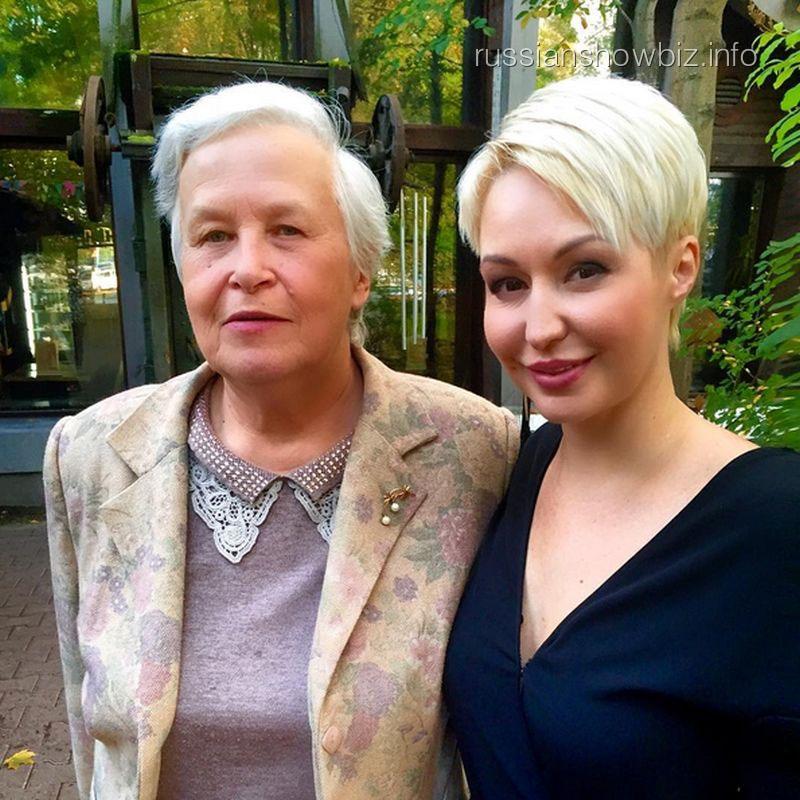 Катя Лель с учительницей