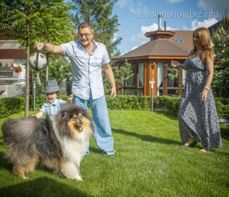 Дмитрий Дибров с семьей и псом Джастином