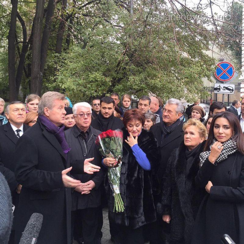 Звезды у памятника Муслиму Магомаеву