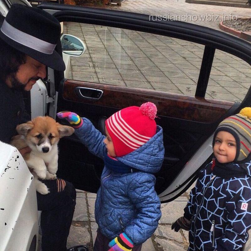 Филипп Киркоров с детьми и щенком