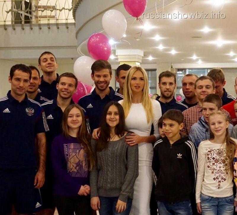 Виктория Лопырева и Федор Смолов с воспитанниками детского дома