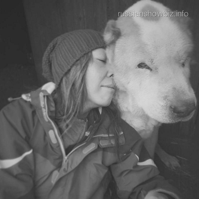 Анита Цой с псом