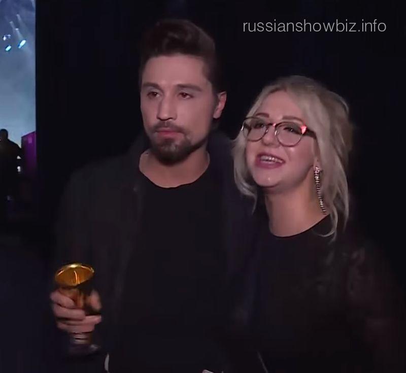 Дима Билан с поклонницей (фото - кадр RU.TV)