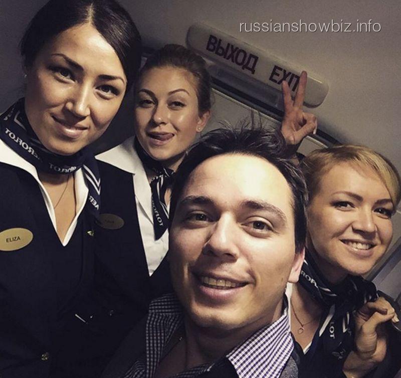 Родион Газманов со стюардессами