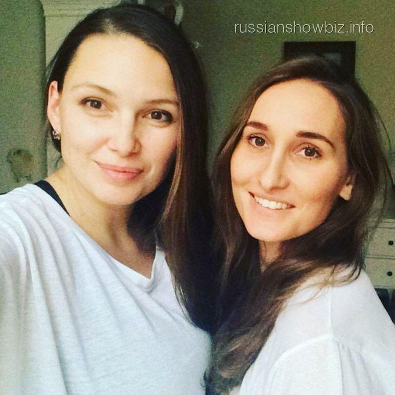 Анастасия Винокур с подругой