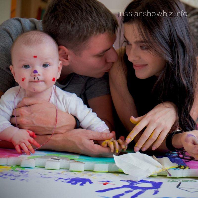 Елена Темникова с мужем и дочерью