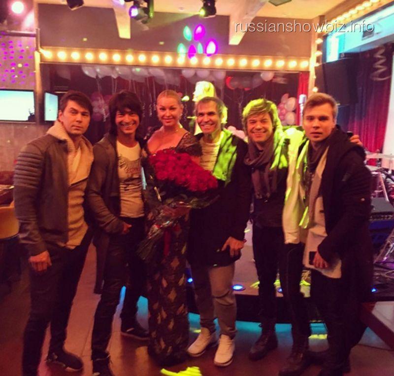 Анастасия Волочкова и Бари Алибасов с нанайцами
