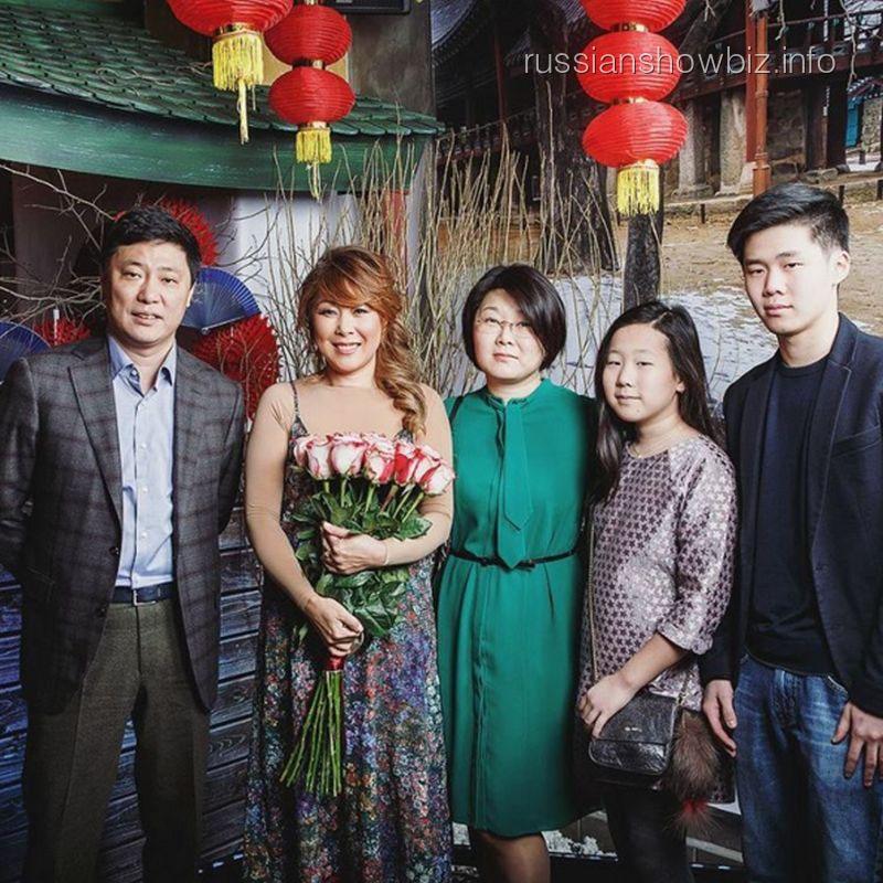 Анита Цой с родственниками