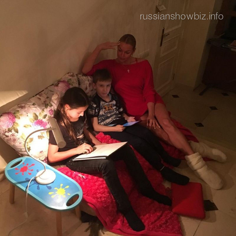 Анастасия Волочкова с дочерью Аришей и ее другом