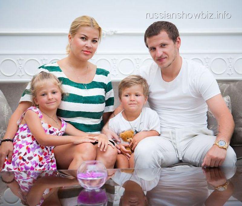 Александр Алиев с семьей