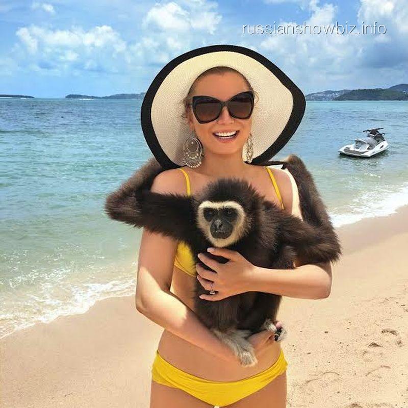 Лена Ленина с обезьяной