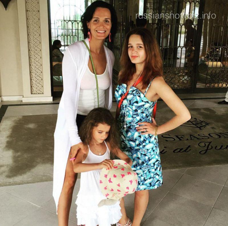 Слава с дочерями