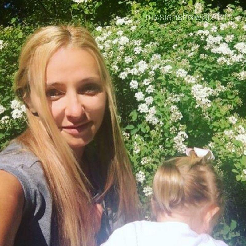 Татьяна Навка с младшей дочерью
