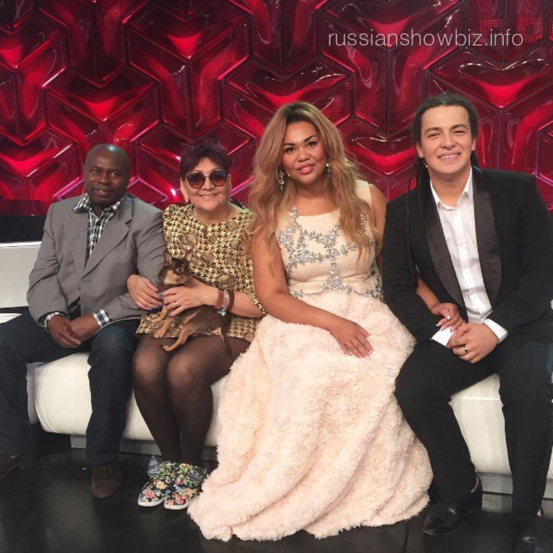 Корнелия Манго с женихом и родителями