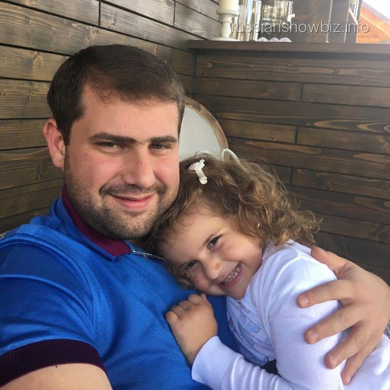 Муж Жасмин с дочерью