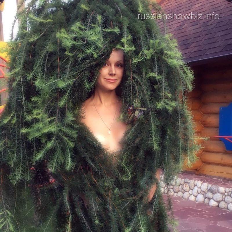 «Постопам Волочковой»: Натали сфотографировалась вабсолютно обнаженном виде среди еловых ветвей