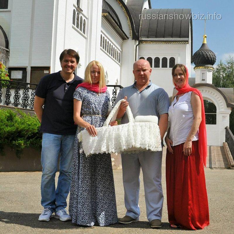 Денис Матросов с женой и сыном
