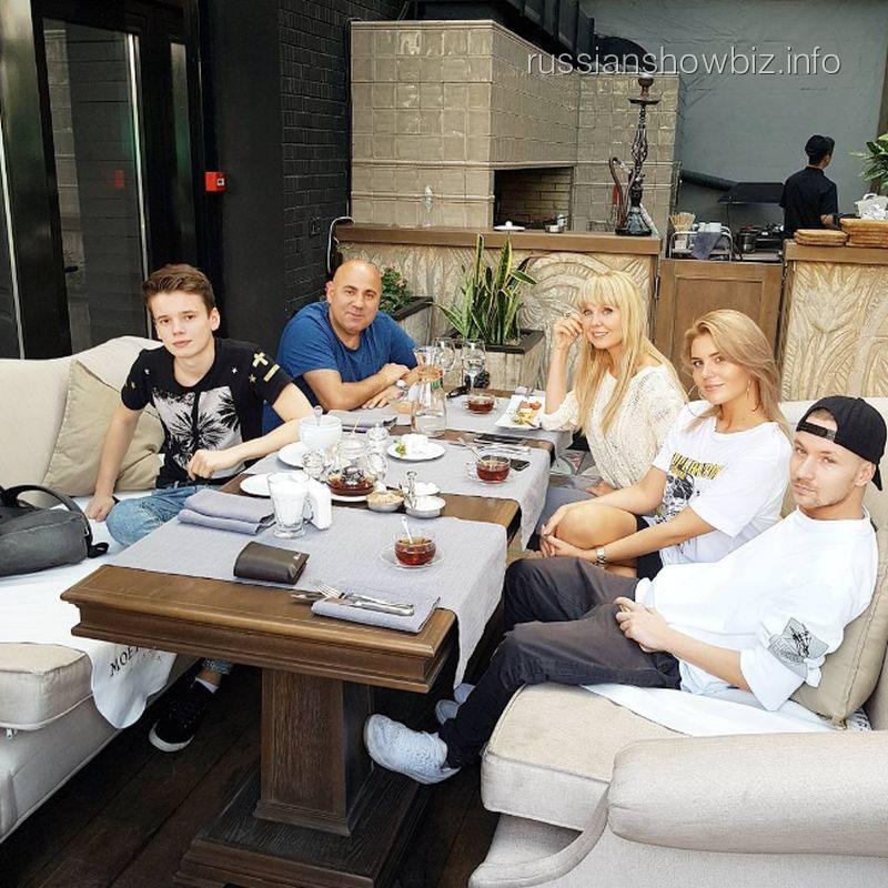 Анна Шульгина с семьей и возлюбленным