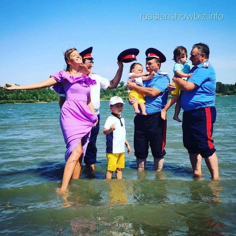 Дмитрий Дибров с семьей и казаками
