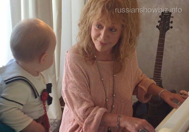 Алла Пугачева учит 10-месячную дочь Николаева музыке