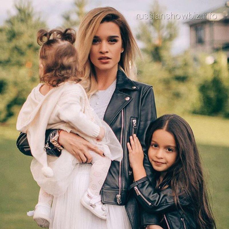 Ксения Бородина снялась для обложки журнала с младшей дочерью