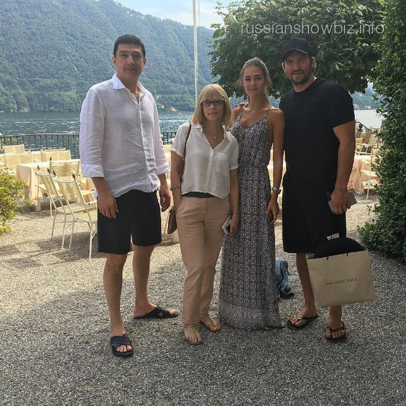 Вера Глаголева с дочерью и Александром Овечкиным