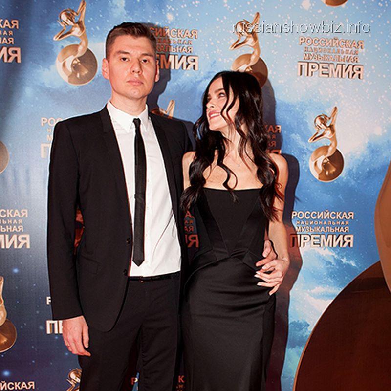 Елена Темникова впервые вышла в свет с мужем