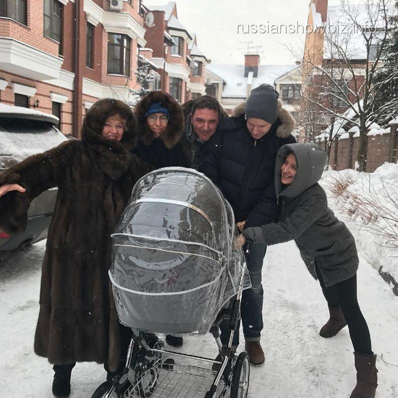 Ксения Собчак вывела сына на первую прогулку