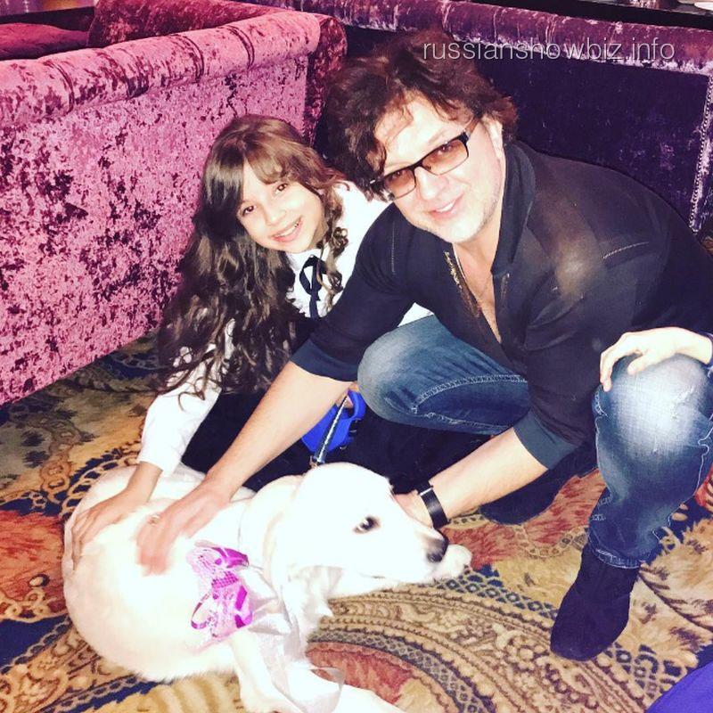 Рома Жуков с дочерью и собакой