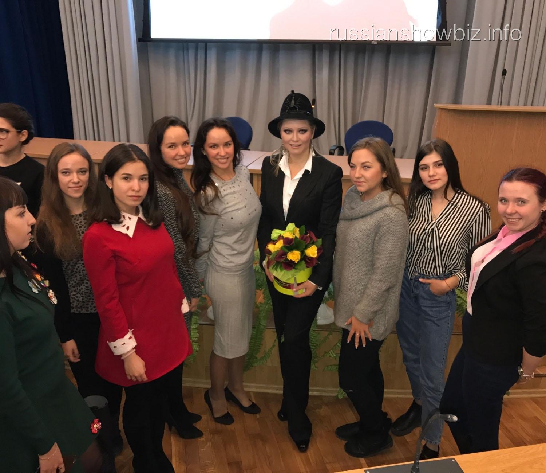 Лена Ленина со студентами