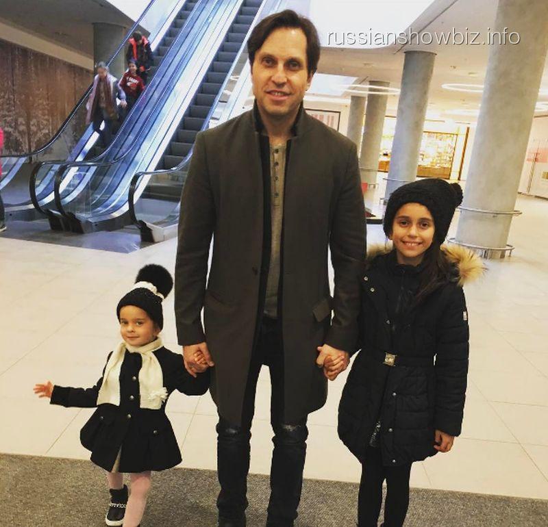 Александр Ревва с дочерями