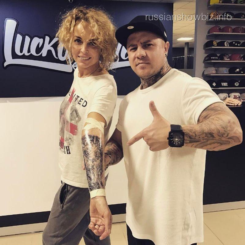 Анастасия Калманович с тату-мастером