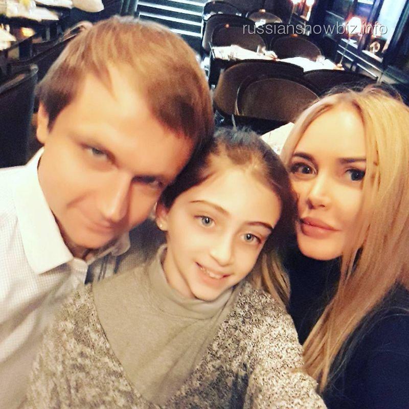 Маша Малиновская с кумом и крестницей