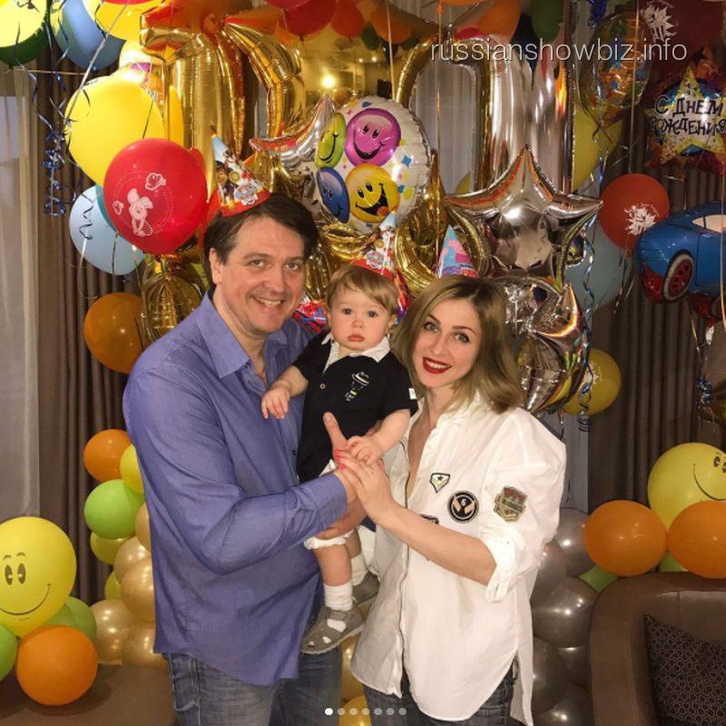 Денис Матросов с возлюбленной и сыном