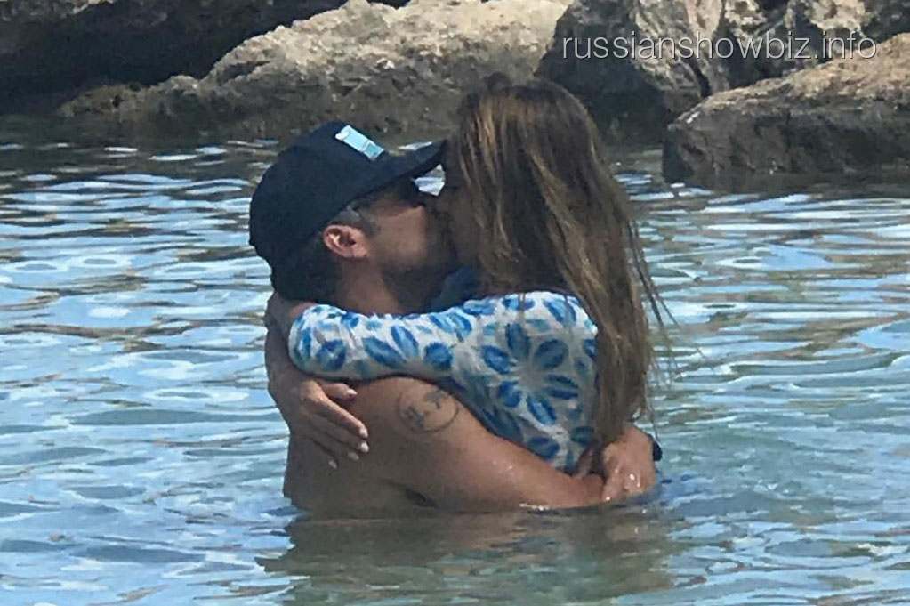 Джессику Альба застукали за поцелуем
