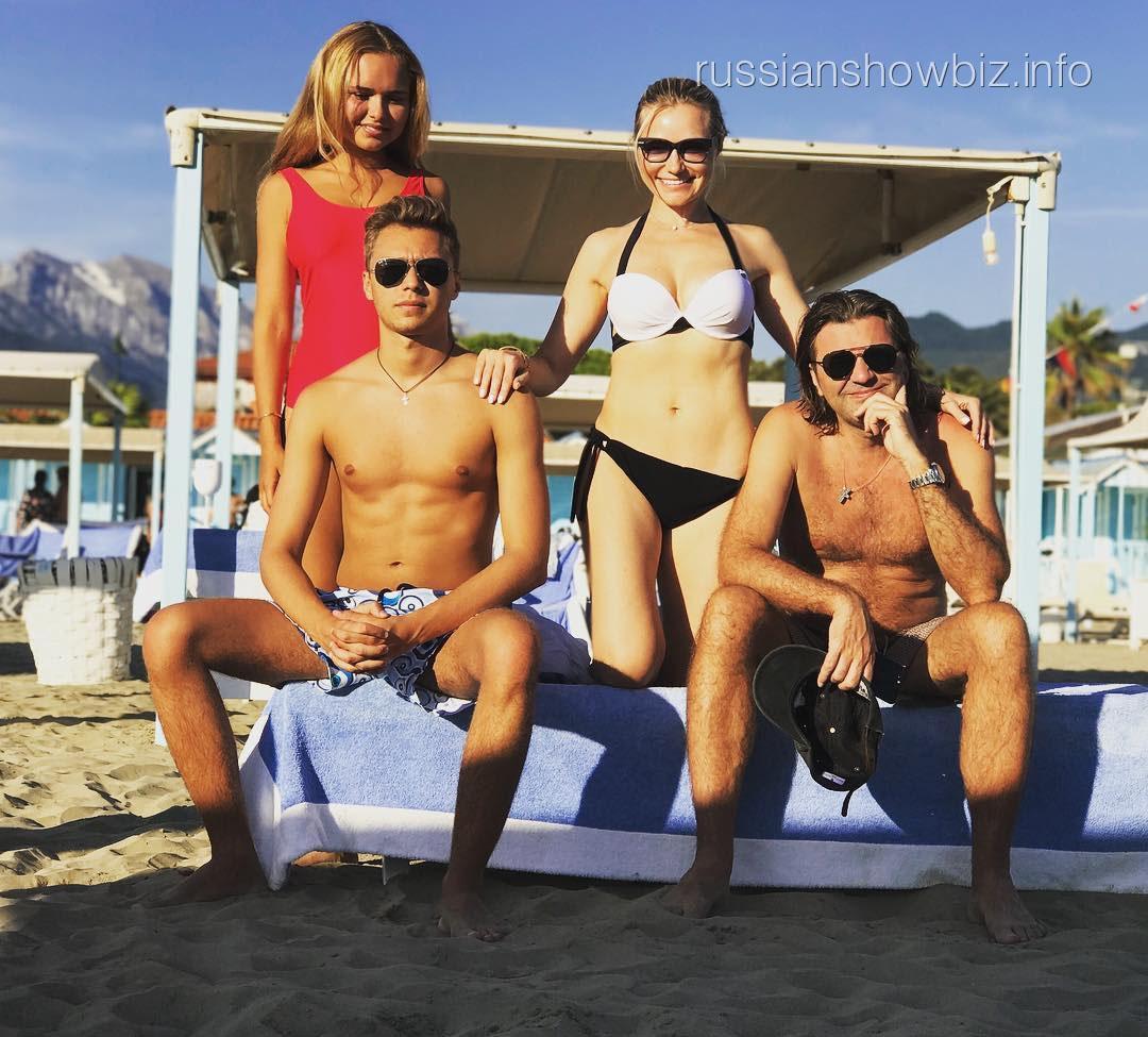 Стеша Маликова поделилась редким семейным фото