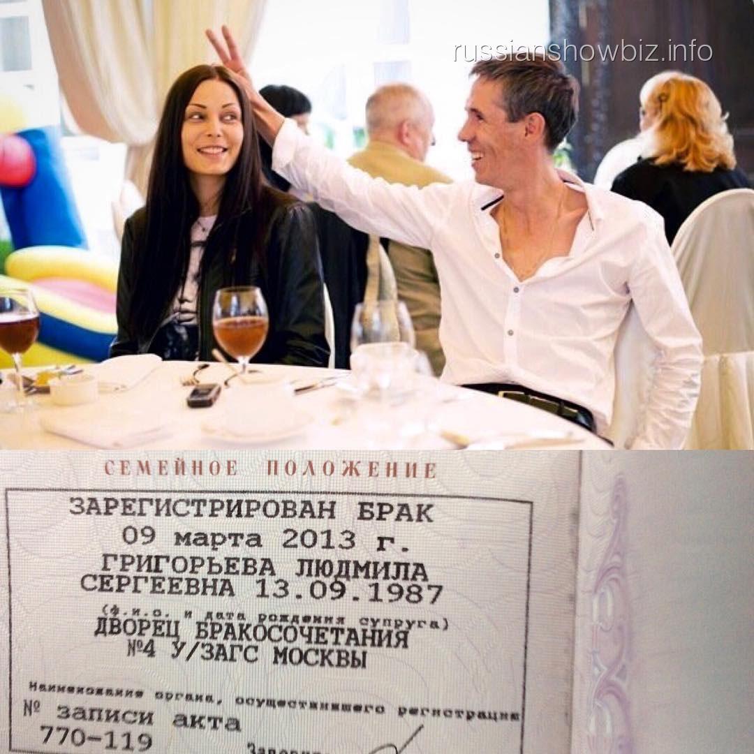 Алексей Панин показал штамп в паспорте