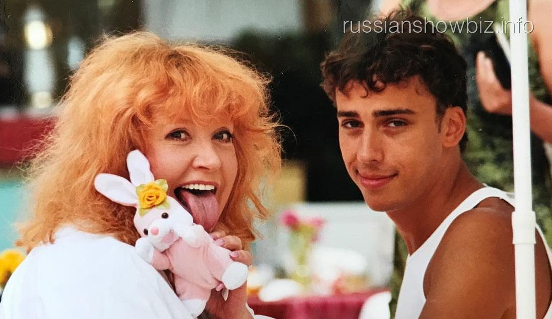 Галкин показал фото с танцующей на балконе Пугачевой