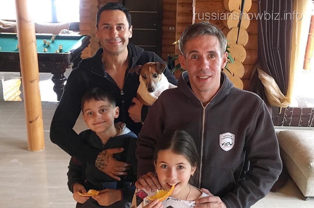 Алексей Панин с семьей певца Стаса Костюшкина