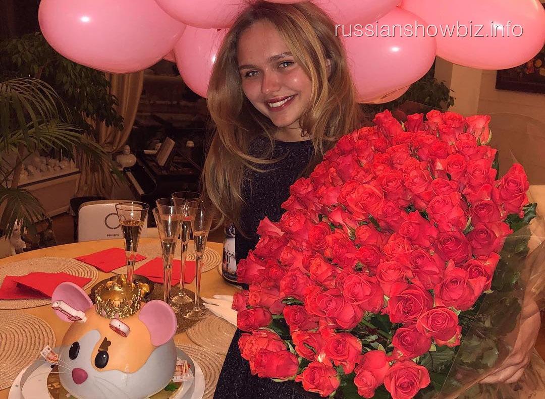 Стефания Маликова отметила совершеннолетие