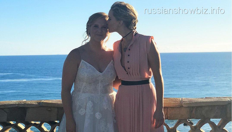 Дженнифер Лоуренс расплакалась на свадьбе подруги