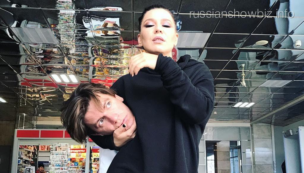 Елка держит в руках голову Александра Гудкова