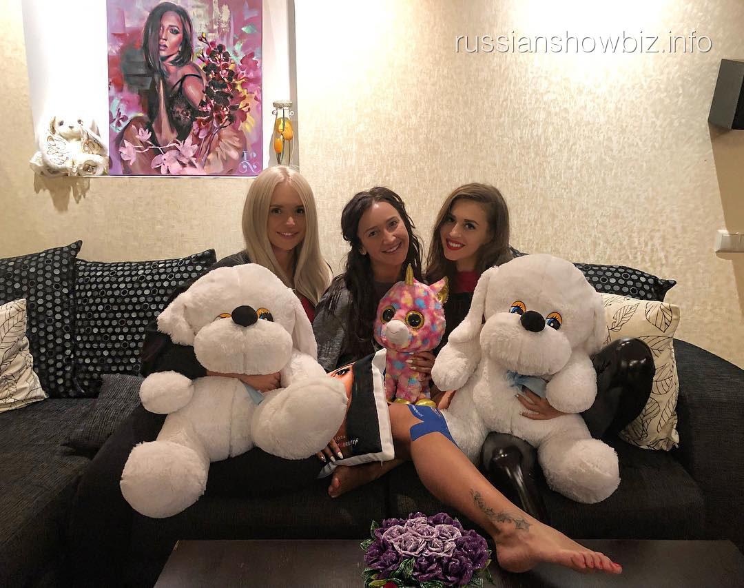Ольга Бузова с подругами
