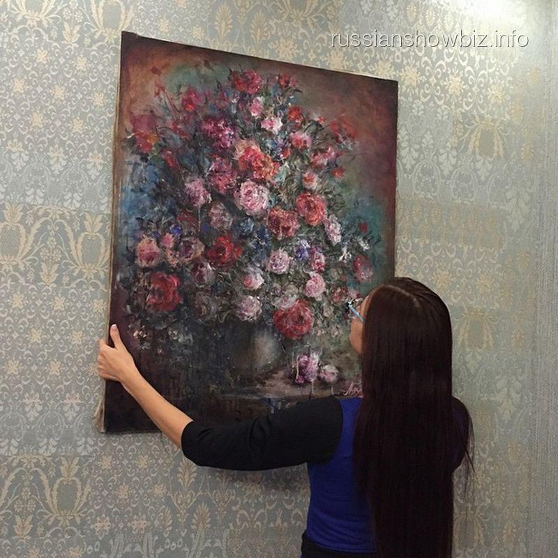 Эвелина Бледанс с купленной картиной
